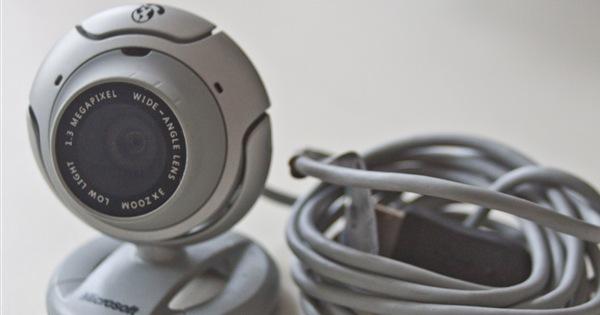 eine Microsoft LifeCam VX-6000 mit aufgerolltem Kabel