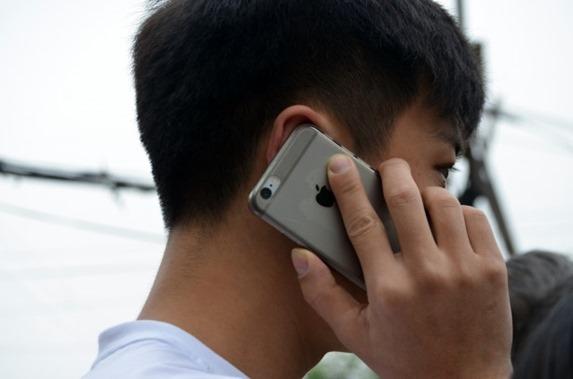 Telefonierende Menschen - Bild von http://www.publicdomainpictures.net/view-image.php?image=116843