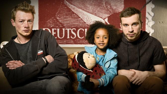 """Familie Braun"": Kai (Vincent Krüger), Lara (Nomie Lane Tucker) und Thomas (Edin Hasanovic)."